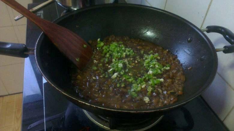 打卤面,再把青椒粒儿和葱 蒜末倒入锅中搅均匀,关火待用;