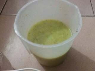 猕猴桃苹果汁,其实我第一次用还不会,应该是把水果放入这个桶里加水打的。