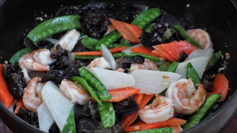 杂炒时蔬,再将焯烫好的蔬菜一同放入锅中,改大火快速爆炒约一分钟,按照个人口味调入盐。