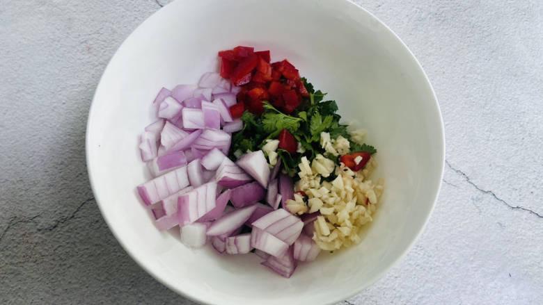 洋葱拌牛肉,将食材放入大碗中