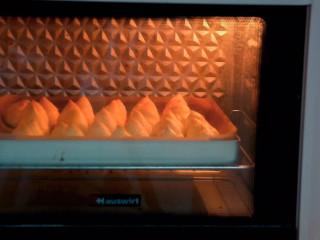 冰淇淋泡芙,烤箱200度15分钟,转170度15分钟