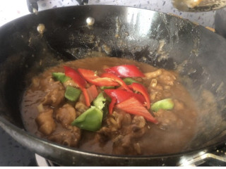 大盘鸡拌面,最后放入青红椒翻炒