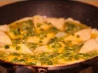 煎豆腐,豆腐煎好后,将蛋液直接倒入锅中,中小火将蛋液煎至凝固