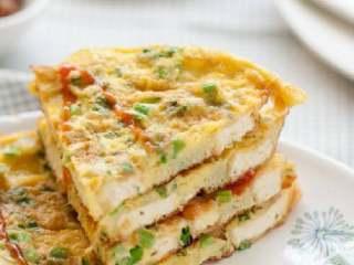 煎豆腐,一面定型后用铲子将整个蛋饼翻面,略煎半分钟蛋液即可熟透,盛入盘中即可食用