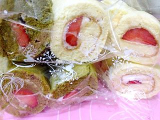 草莓奶油蛋糕卷,抹上奶油,放上草莓,卷起来冷藏30分钟即可切块