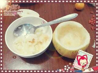冰糖炖雪梨盅,用勺子挖出梨肉放碗里备用