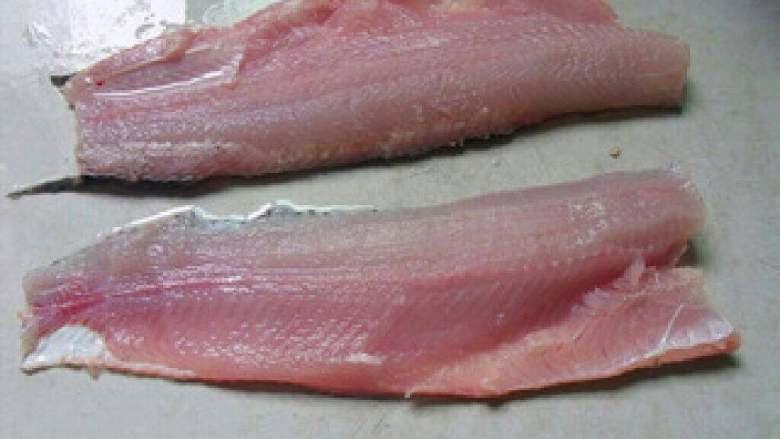 酸菜鱼,鱼肉洗净,刀倾斜着片掉鱼骨和鱼腩,剩下净鱼肉,