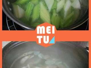 西芹百合,西芹和百合分别烫一下捞起备用。