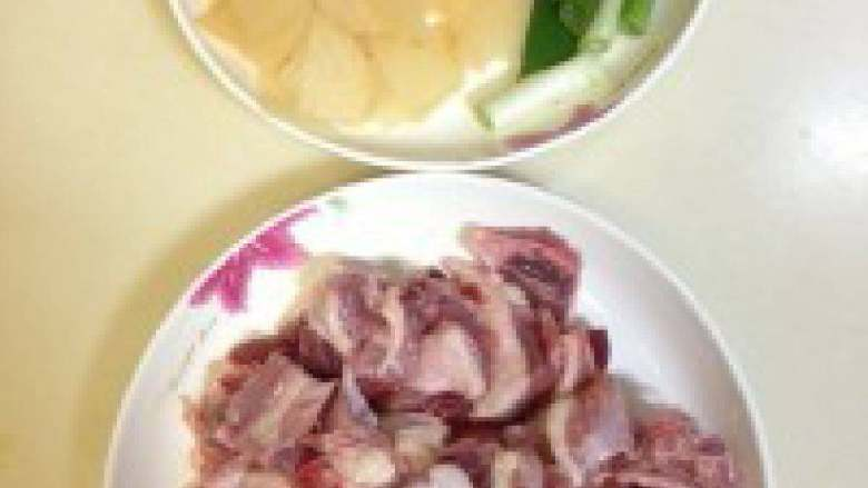 酸萝卜老鸭汤,鸭肉用清水泡一个小时,中途换两次水,这样可以去除血水!材料全部切小!