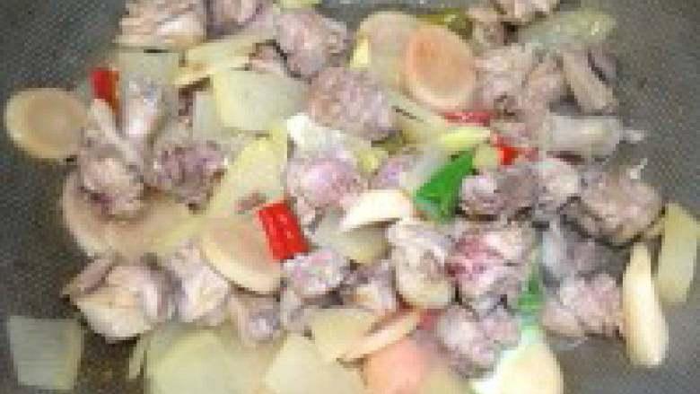 酸萝卜老鸭汤,鸭肉下锅翻炒至变色,倒入其它材料一起炒两分钟!