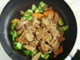 爆炒猪肝,放入猪肝翻炒两分钟,加盐,糖,十三香,孜然粉(可加可不加)调味