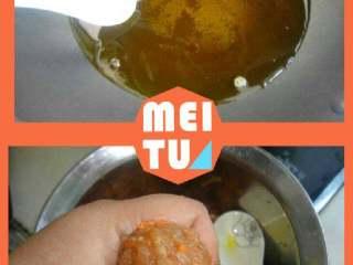 黄金猪肉丸子,热锅烧热油,手抹一层油再用虎口挤出丸子,