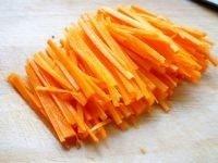 凉拌金针菇,小芹菜洗净,切段;红萝卜洗净去皮,切细丝;