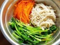凉拌金针菇,再分别将芹菜和胡萝卜焯水