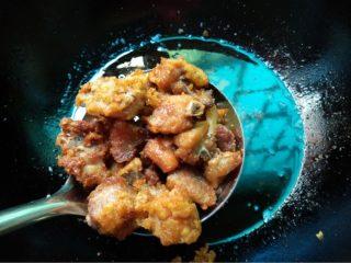 蒜香排骨,如图再将油烧热将排骨放入重新炸1〜2分钟捞出即可