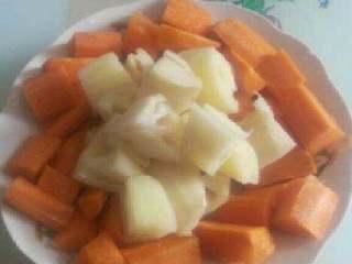 美味大骨汤,准备胡萝卜和莲藕