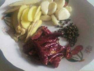 美味大骨汤,准备花椒,干辣椒,姜,蒜