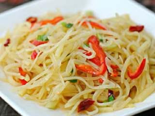 酸辣土豆丝,简单但不失美味的酸辣土豆丝。