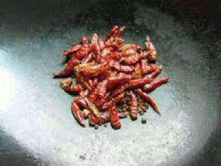 辣椒油,无油的冷锅倒入干红辣椒与花椒,小火慢慢炒1分钟左右关火。