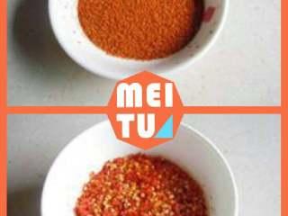 辣椒油,待冷却后,取1/3用研磨机磨成辣椒粉末。另外2/3磨成辣椒面。