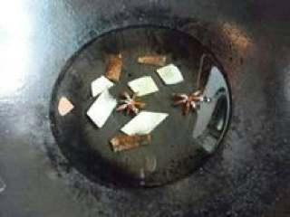 辣椒油,冷锅冷油,放入姜片、八角、桂皮 ,开中火熬油。待姜片炸至干瘪焦黄时取出所有香料,继续加热油到有白烟升起,关火。