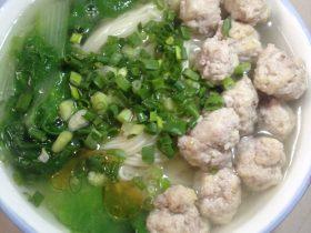 小白菜猪肉丸子汤面
