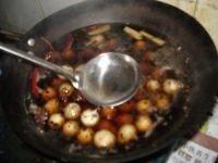 卤鹌鹑蛋,锅开后用勺子将鹌鹑蛋的外皮嗑裂