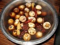 卤鹌鹑蛋,煮好后盛出来用汤料泡着,泡的时间越长越进味好吃 小贴士