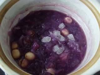 紫薯莲子银耳羹,转小火继续煮约30分钟,汤汁浓稠,紫薯软糯时加入冰糖即可关火。