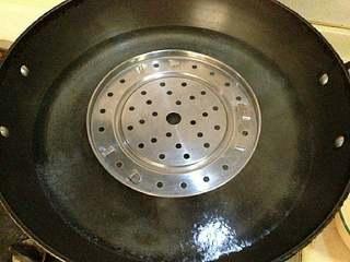 【清蒸大闸蟹】,蒸锅大火煮开水。