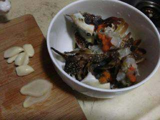 【粉丝蟹】,剥几个蒜辨,切2片姜,蟹洗净沥干水。