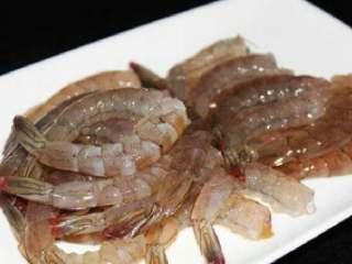 芙蓉虾,拿出冰箱后,去头去壳去肠 去肠用牙签在尾部第三节处挑,整根都能挑出来。