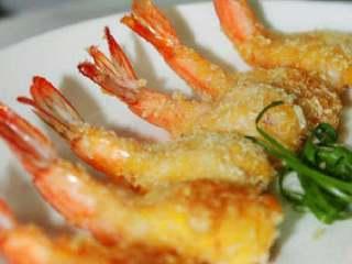 芙蓉虾,出锅后放入厨房纸巾上吸吸油。