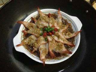 """【芙蓉虾】-蒸""""的鲜美! ,蒸8分钟,洒上切好的红、青辣椒圈装饰即可出锅。"""