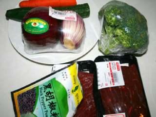 黑胡椒牛排意大利面,把所有的材料都准备好:牛肉,胡椒粉,洋葱,胡萝卜,小番茄,黄瓜,胡椒粉,西兰花。