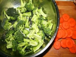 黑胡椒牛排意大利面,西兰花洗好切好,胡萝卜切片。备用。