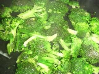 黑胡椒牛排意大利面,锅中加盐,把西兰花和胡萝卜噪一下,拿出备用。
