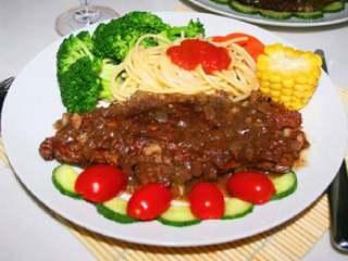 黑胡椒牛排意大利面,装盘,把黑胡椒浇在牛排上,盘子的装饰自己来摆,发挥你的想象。意大利面上撒上意大利面酱,,切点黄瓜片,小番茄装饰一下,住一个小玉米,陪着吃,来点红酒更是美味。