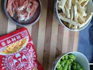 豆干榨菜炒毛豆,准备食材