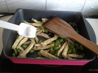 豆干榨菜炒毛豆,放入豆干、毛豆、盐