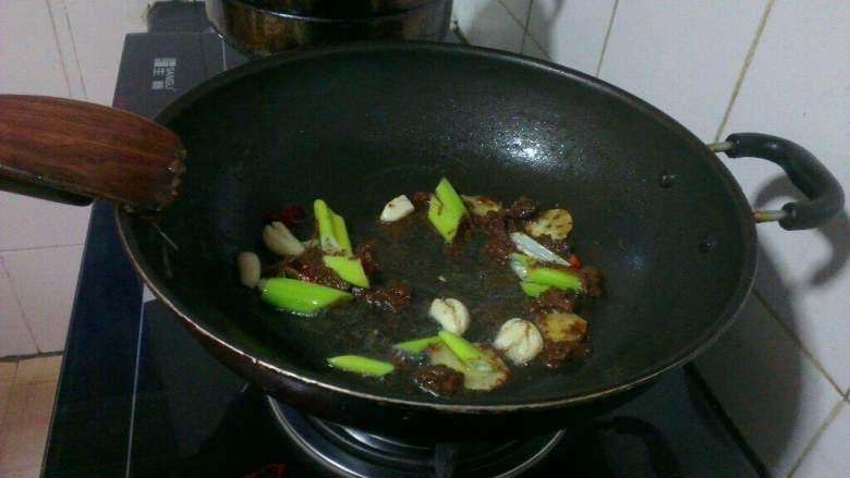 酱焖鲤鱼,炒锅放油烧热,倒少许大酱  下葱 姜 蒜片  干红辣椒段儿炒香;