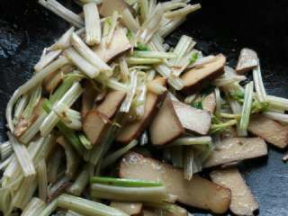 芹菜炒鸡蛋干,出锅前放入适量的盐跟味精即可出锅