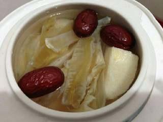 鱼胶炖雪梨,放入3个红枣、水、少许冰糖