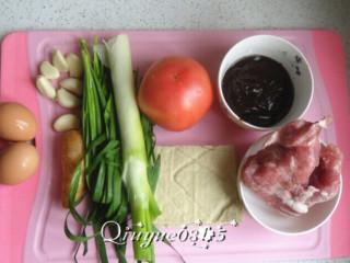 三合一面,准备好所有主辅料:鸡蛋 、葱姜蒜、韭菜、西红柿、豆干、猪肉、酱等。