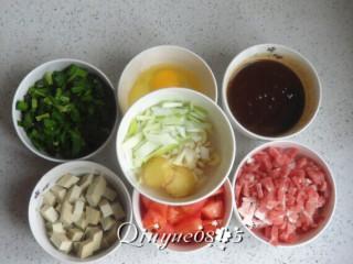 三合一面,韭菜切小段;豆干切粒;鸡蛋磕碗里;西红柿切小块;酱和少水;肉切小丁;葱蒜切碎;姜切片;