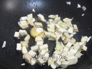 三合一面,再重新起锅,油热放葱姜蒜、花椒爆香,放豆干炒。