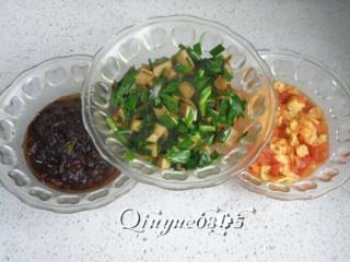 三合一面,好了,西红柿炒鸡蛋、韭菜炒豆干、炸酱肉臊子完成。