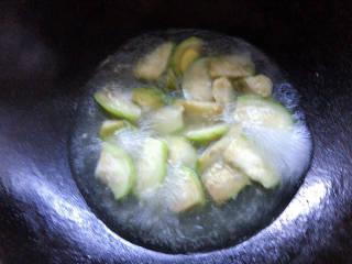 丝瓜花蛤汤,加入清水煮至沸腾