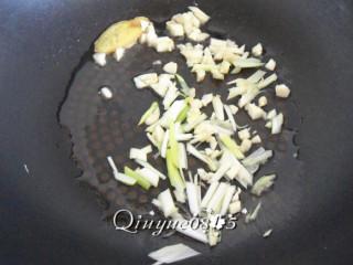番茄菜花,油热放葱姜蒜花椒爆香