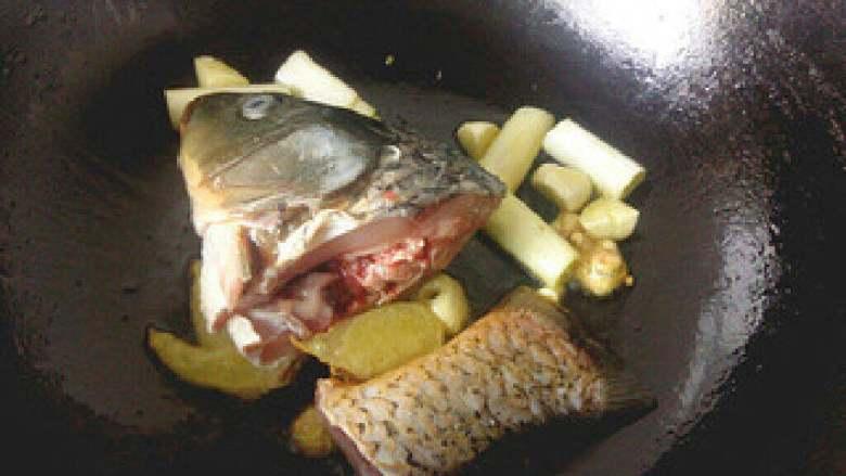 【原创】鱼头鱼尾豆腐汤,放入鱼头鱼尾煎黄。